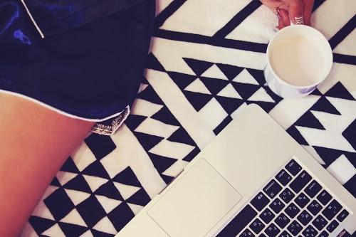 「Mac」「Web女子」「パジャマ」「パソコン」「ベッド」「マグカップ」「女性・女の子」などがテーマのフリー写真画像