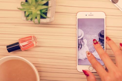 「iPhone」「スマートフォン」「ネイル」「マグカップ」「ミラーネイル」「冬ネイル」「部屋」などがテーマのフリー写真画像