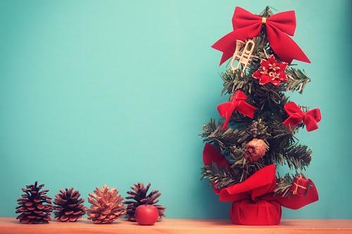 おしゃれなクリスマスツリーと松ぼっくり
