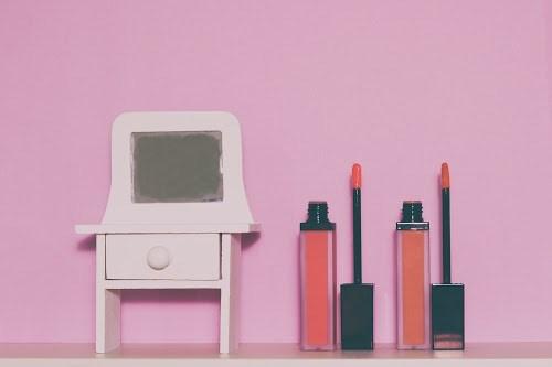 「ドレッサー」「出かける準備」「女性・女の子」「部屋」「鏡」などがテーマのフリー写真画像