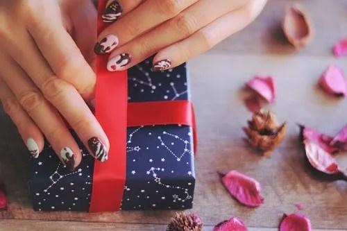 「ネイル」「バレンタインネイル」「プレゼント」「ラッピング」などがテーマのフリー写真画像
