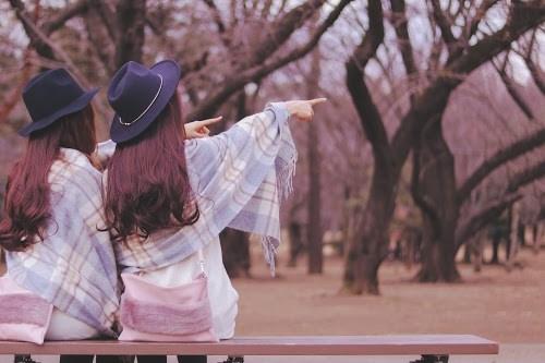 「ハート」「公園」「冬」「友達」「双子ルック」「女性・女の子」「森」などがテーマのフリー写真画像
