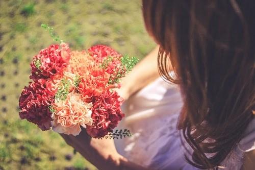 「カーネーション」「女性・女の子」「春」「母の日」「花」「花束」などがテーマのフリー写真画像