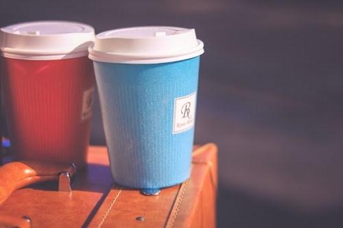 「コーヒー」「スーツケース」「飲み物」などがテーマのフリー写真画像