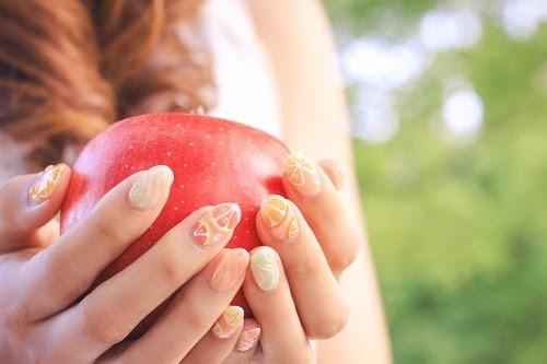 意味深なりんごを受け取る女の子