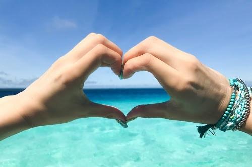 「LOVE」「ハート」「ブレスレット」「リゾート」「八重干瀬(やびじ)」「南国」「夏」「宮古ブルー」「宮古島」「手」「沖縄」「海」「空」「離島」「青空」などがテーマのフリー写真画像