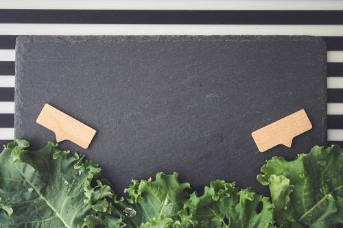 「ケール」「俯瞰撮り」「真上から」「野菜」「食べ物」「黒板」などがテーマのフリー写真画像