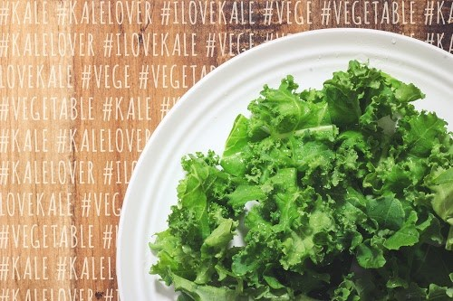 「ケール」「サラダ」「俯瞰撮り」「文字入り」「真上から」「野菜」などがテーマのフリー写真画像