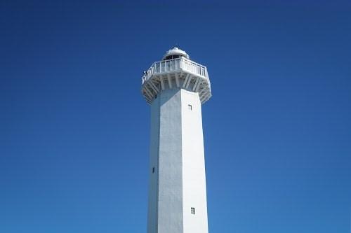 真っ青な空と、真っ白な「平安名埼灯台」