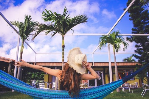 「お昼寝」「夏」「女性・女の子」「宮古島」「帽子」「沖縄」「離島」「麦わら帽子」などがテーマのフリー写真画像