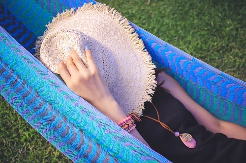 「カフェ」「ハンモック」「夏」「女性・女の子」「宮古島」「帽子」「沖縄」「空」「離島」「麦わら帽子」などがテーマのフリー写真画像