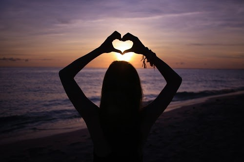 「LOVE」「シルエット」「ハート」「与那覇前浜ビーチ」「南国」「夏」「夕日」「夕焼け」「女性・女の子」「宮古島」「沖縄」「海」「砂浜」「離島」「髪」などがテーマのフリー写真画像