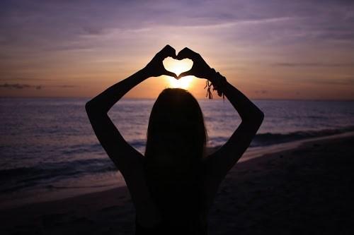 宮古島の海に落ちていく夕陽とLOVEハート