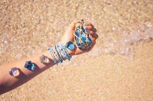 「ガラス玉」「シェルネイル」「ネイル」「ネイルアート」「ブレスレット」「マーメイドネイル」「リゾート」「南国」「夏」「夏ネイル」「手」「海」「海ネイル」「砂浜」「金魚の鱗ネイル」「雑貨」などがテーマのフリー写真画像