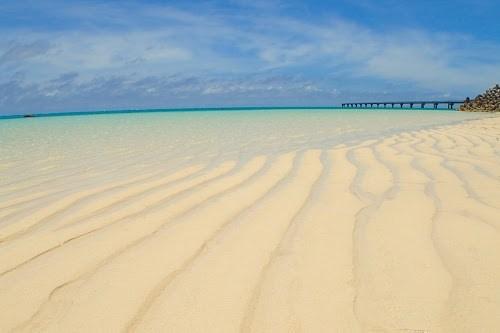 「ビーチ」「リゾート」「下地島」「下地島空港17エンド」「南国」「夏」「宮古島」「沖縄」「波紋」「海」「砂浜」「空」「離島」などがテーマのフリー写真画像