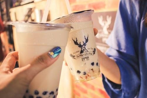 フリー写真素材:タピオカミルクティーで乾杯している様子