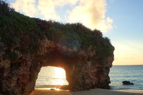 「リゾート」「南国」「夏」「夕日」「夕焼け」「夕陽」「宮古島」「岩」「沖縄」「海」「離島」などがテーマのフリー写真画像