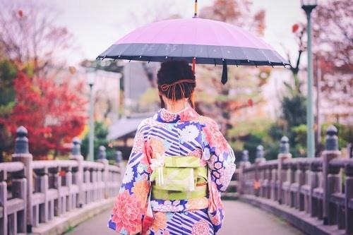 雨粒と紅葉が舞い落ちる、美しい秋の金沢を歩く着物女子