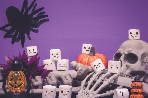 「オバケ」「お菓子」「ガイコツ」「カボチャ」「スカル」「ドクロ」「マシュマロ」「夜」「秋」「蜘蛛」などがテーマのフリー写真画像