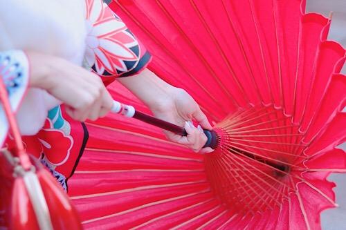 和傘を閉じようとしているところ
