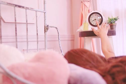 「パジャマ」「ベッド」「低血圧」「女性・女の子」「時計」「朝」「部屋」などがテーマのフリー写真画像