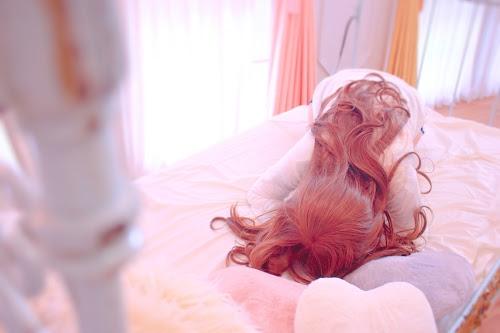 「パジャマ」「ピンク加工」「ベッド」「低血圧」「女性・女の子」「朝」「部屋」などがテーマのフリー写真画像