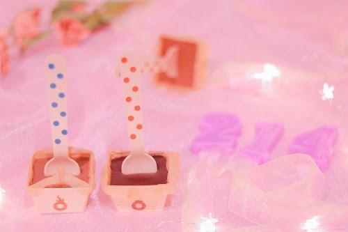 「お菓子」「キャンドル」「チョコレート」「チョコレートドリンク」「ピンク加工」「電飾」「食べ物」「飲み物」などがテーマのフリー写真画像