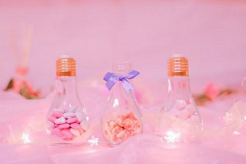 「お菓子」「キャンドル」「チョコレート」「ハート」「ピンク加工」「マシュマロ」「電球」「電飾」「食べ物」などがテーマのフリー写真画像
