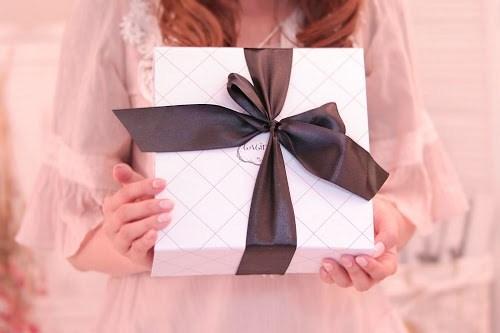「ギフトボックス」「ピンク加工」「プレゼント」「ホワイトデー」「ラッピング」「リボン」などがテーマのフリー写真画像