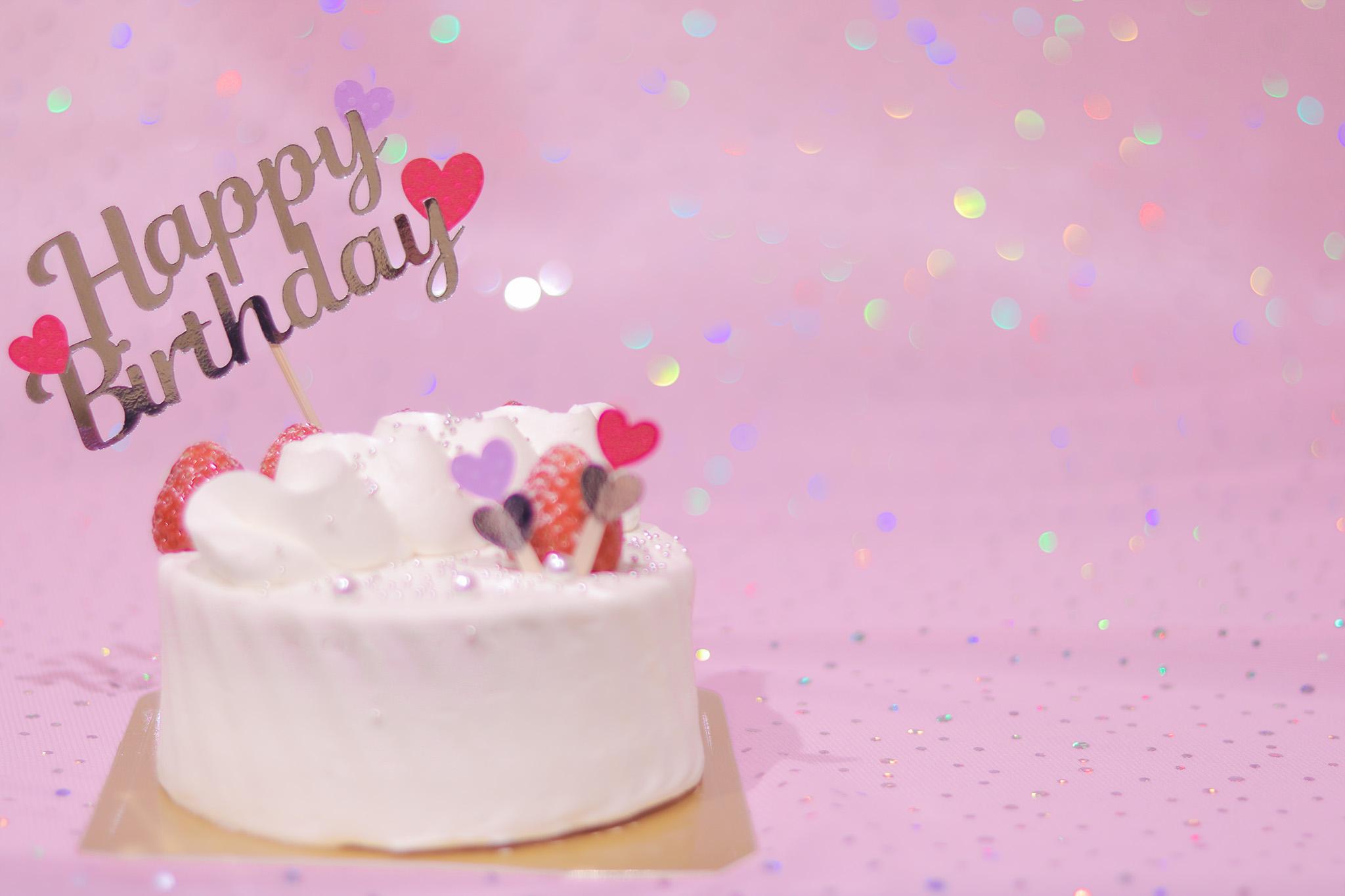 「HAPPY BIRTHDAY」「おめでとう」「お祝い」「お誕生日おめでとう」「ケーキ」「ケーキトッパー」「縦長画像」「誕生日ケーキ」などがテーマのフリー写真画像