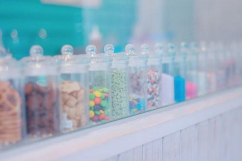 「カラフル」「スプリンクル」「ロールアイス専門店」「瓶」などがテーマのフリー写真画像