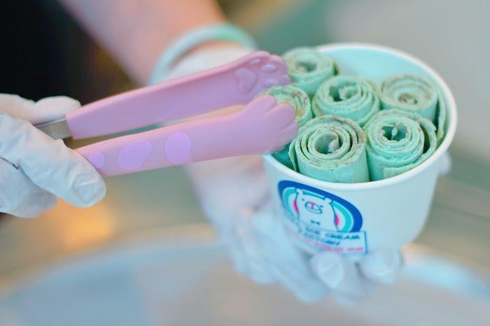 「アイスクリーム」「コールドプレート」「スイーツ」「チョコミント」「ロールアイスクリーム」「ロールアイス専門店」などがテーマのフリー写真画像