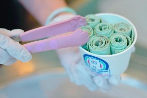 チョコミント味の「ロールアイス」をカップに詰めているところ
