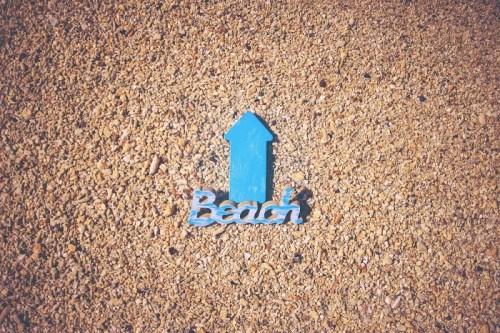 「ビーチ」「リゾート」「俯瞰撮り」「南国」「夏」「真上から」「矢印」「砂浜」などがテーマのフリー写真画像
