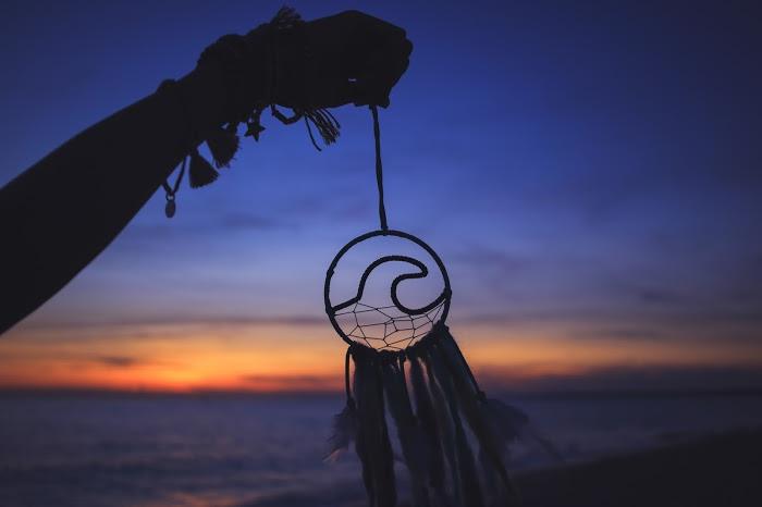 「シルエット」「南国」「夏」「夕日」「夕焼け」「海」「砂浜」などがテーマのフリー写真画像