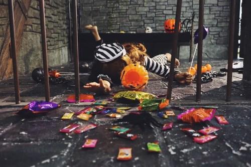 「お菓子」「カボチャ」「囚人」「女性・女の子」「摔倒炫富」「牢屋」「鉄格子」などがテーマのフリー写真画像