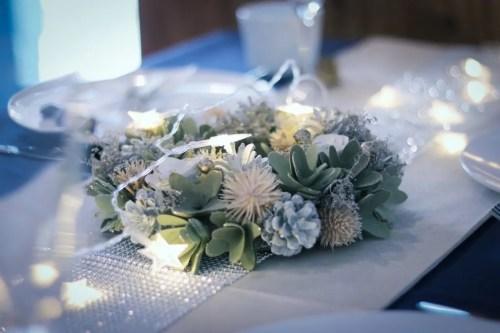 「クリスマスパーティ」「テーブルセッティング」「リース」「電飾」「食器」などがテーマのフリー写真画像