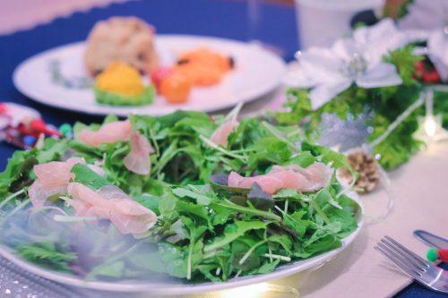 「クリスマスパーティ」「テーブルセッティング」「食べ物」「食器」などがテーマのフリー写真画像