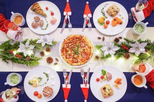「クリスマスパーティ」「テーブルセッティング」「リース」「俯瞰撮り」「女性・女の子」「植物」「真上から」「電飾」「食べ物」「食器」などがテーマのフリー写真画像