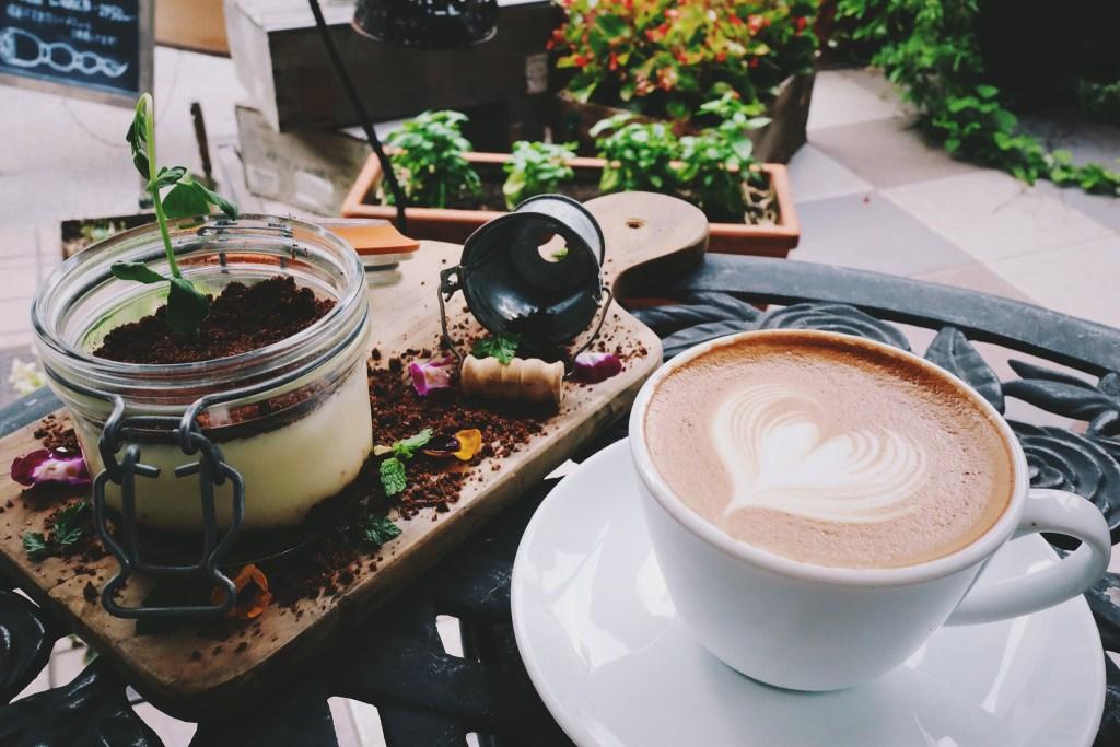 「カフェ」「カフェラテ」「スイーツ」「ティラミス」「デザート」「ラテアート」「食べ物」などがテーマのフリー写真画像