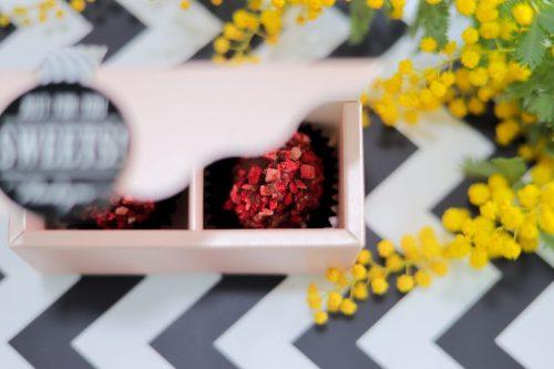 「お菓子」「チョコ」「ホワイトデー」「ミモザ」「俯瞰撮り」「真上から」「花」「食べ物」などがテーマのフリー写真画像