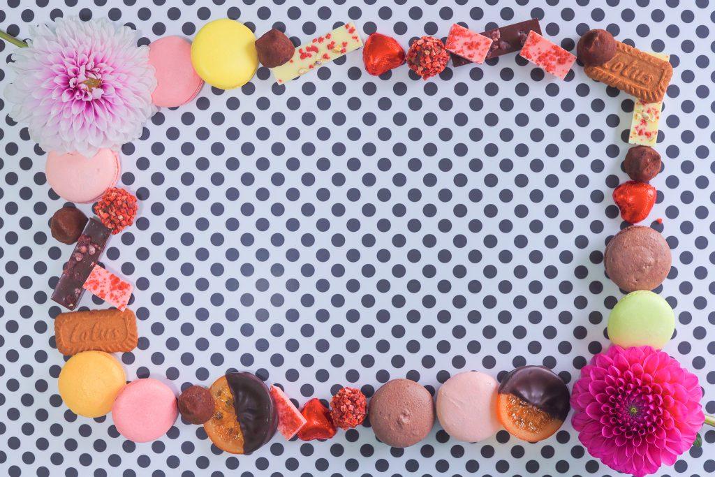「お菓子」「クッキー」「ダリア」「チョコ」「ホワイトデー」「マカロン」「俯瞰撮り」「真上から」「花」「食べ物」などがテーマのフリー写真画像