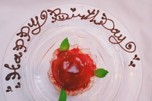 「HAPPY BIRTHDAY」「おめでとう」「お祝い」「お誕生日おめでとう」「スイーツ」「デザート」「誕生日」「誕生日プレート」などがテーマのフリー写真画像