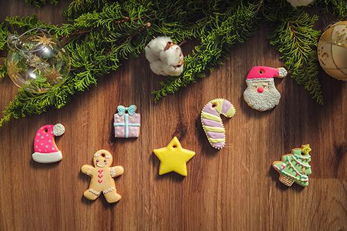 フリー写真素材:クリスマスデコレーションとアイシングクッキー