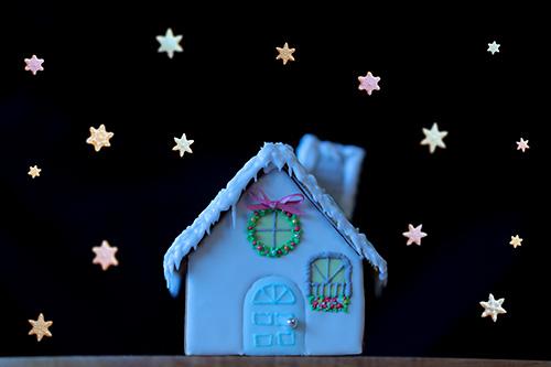 フリー写真素材:クリスマスの真夜中、お菓子の家に雪が降る様子