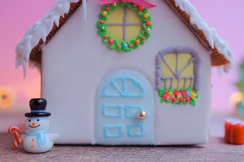 フリー写真素材:お菓子の家の前に佇むスノーマン