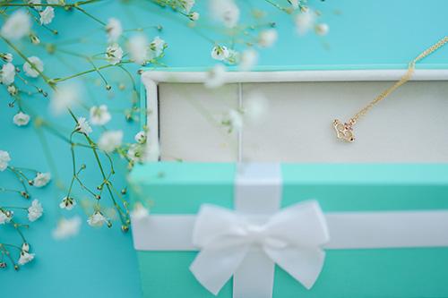 フリー写真素材:ホワイトデーにネックレスの贈り物