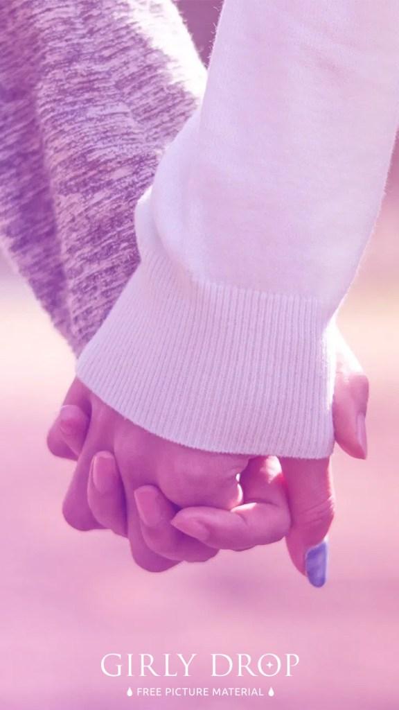 おしゃれなフリーのスマホ壁紙(待受け):【おしゃれなiPhone壁紙】公園で仲良く手をつなぐ付き合いたてのカップル(ゆめかわグラデーション)