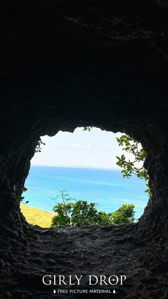 おしゃれなフリーのスマホ壁紙(待受け):【おしゃれなiPhone壁紙】宮古島のインスタ映えスポット!海へと続く美しいトンネル「牧山陣地壕」