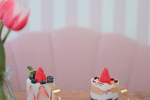 フリー写真素材:スコップケーキとチューリップ